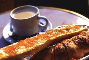 Sauter les petits déjeuner trop gras le matin, avec convifutre, pain et beurre
